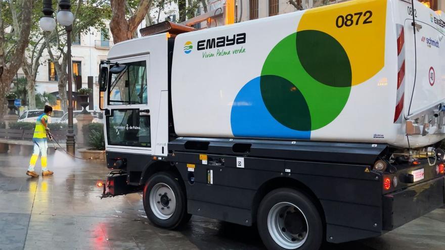 Emaya anuncia más limpieza con agua a presión en las calles de Palma y renovación de papeleras