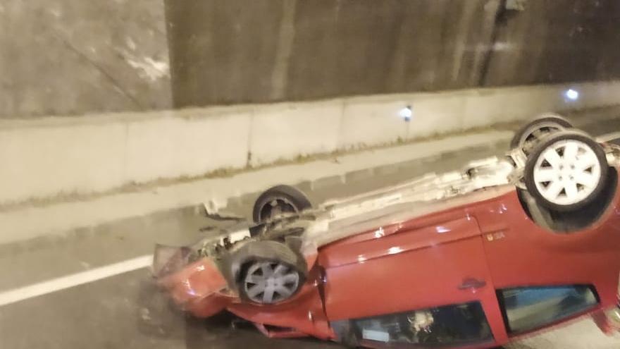 Un ferit en bolcar amb el seu cotxe en un túnel de l'Eix a Santa Coloma