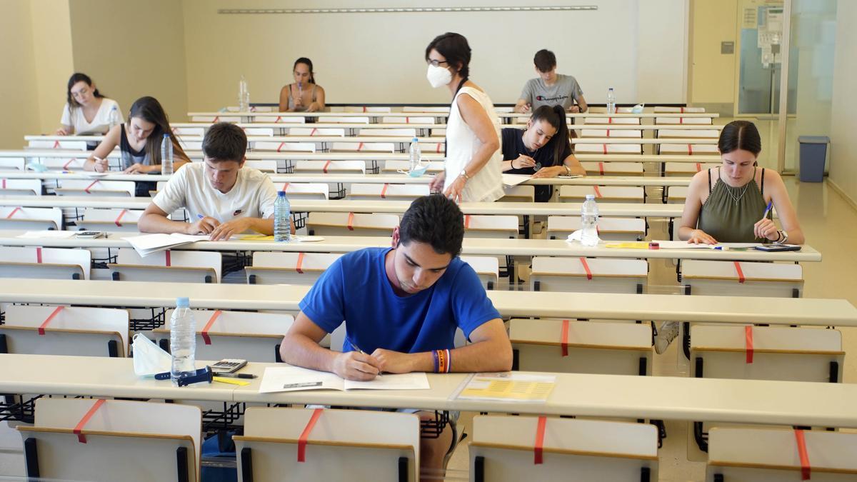 Estudiants fent la selectivitat l'any passat a la facultat de Dret de la UdG