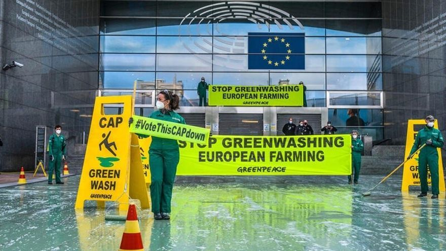 Greenpeace arroja pintura verde fuera del Parlamento Europeo