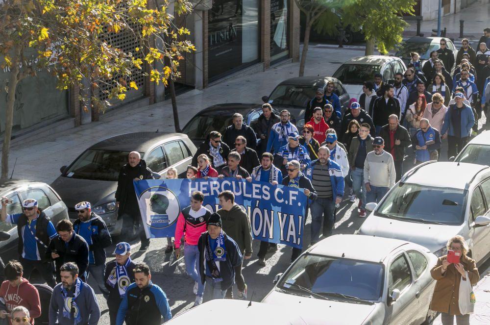 Alrededor de 400 aficionados del Hércules se manifiestan en contra de la gestión de Ortiz y Ramírez.