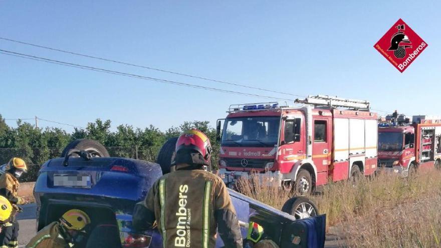 Rescatada tras volcar su coche en la carretera entre Pego y El Verger