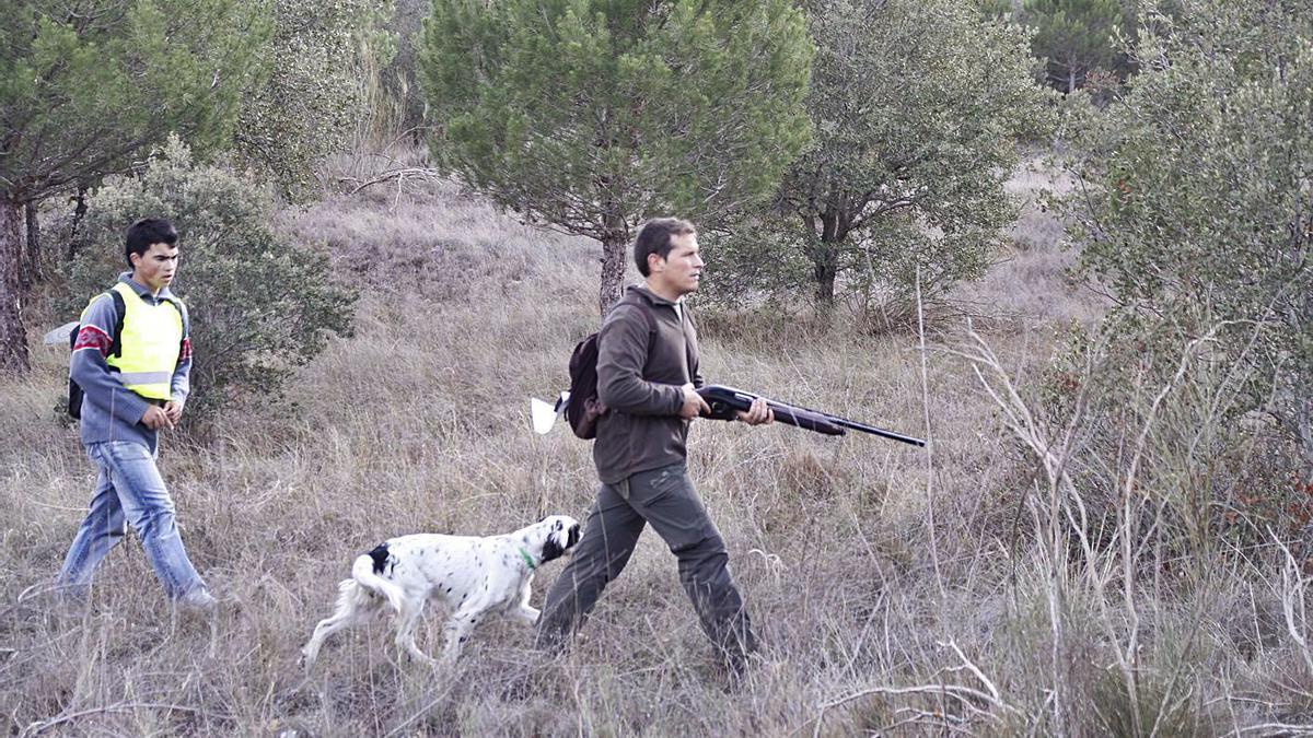Dos cazadores recorren el camino en busca de piezas. | Emilio Fraile