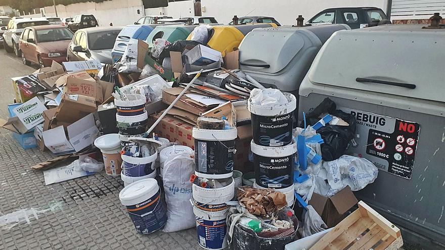 Sancionados un negocio y tres particulares por  vertidos masivos de residuos