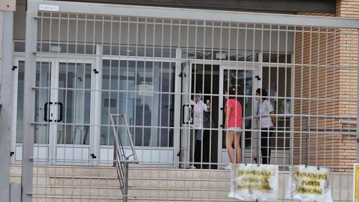 Exterior de la residència de Vila-real intervinguda per Sanitat després del macrobrot.   EL PERIÓDICO MEDITERRÁNEO