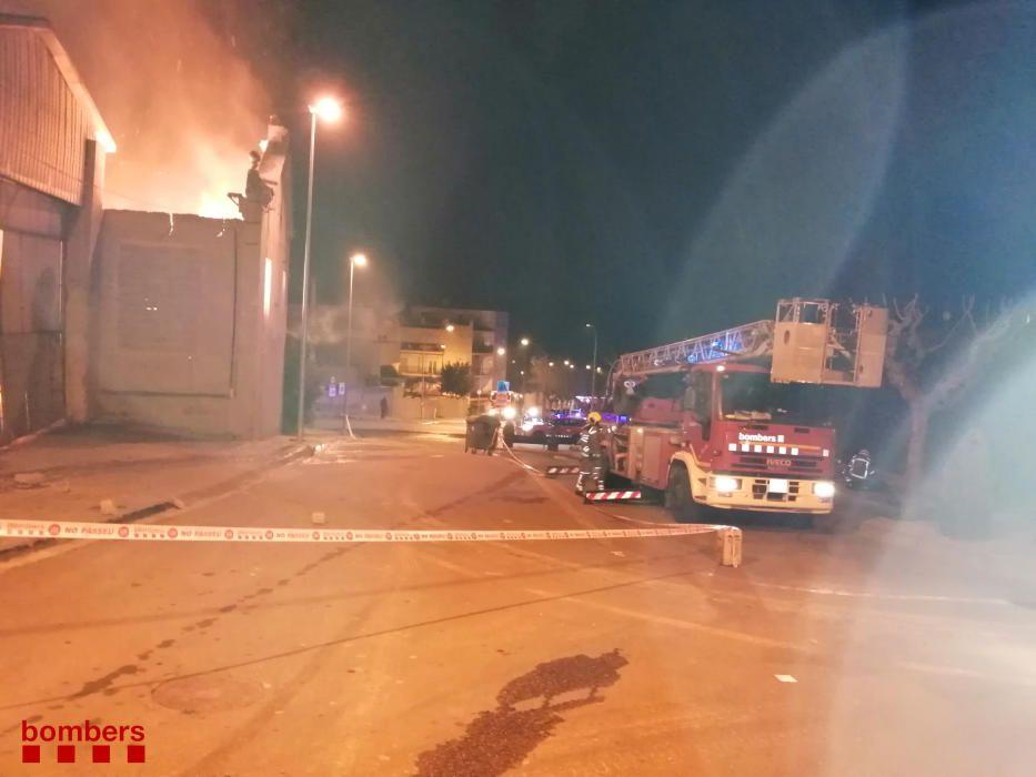 Un incendi crema dues naus d'una fàbrica de cartró d'Òdena