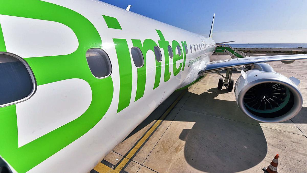 Un avión de Binter en el aeropuerto de Gran Canaria.