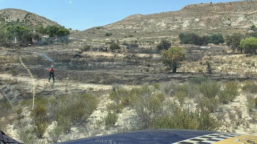 Extinguen un incendio en El Moralet que calcina 1,5 hectáreas de terreno forestal en Alicante