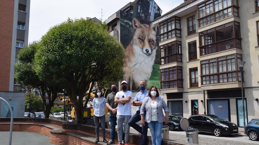 Xolaca termina el mural más alto de su carrera: la raposa de la Pola, sobre una pared de 23 metros