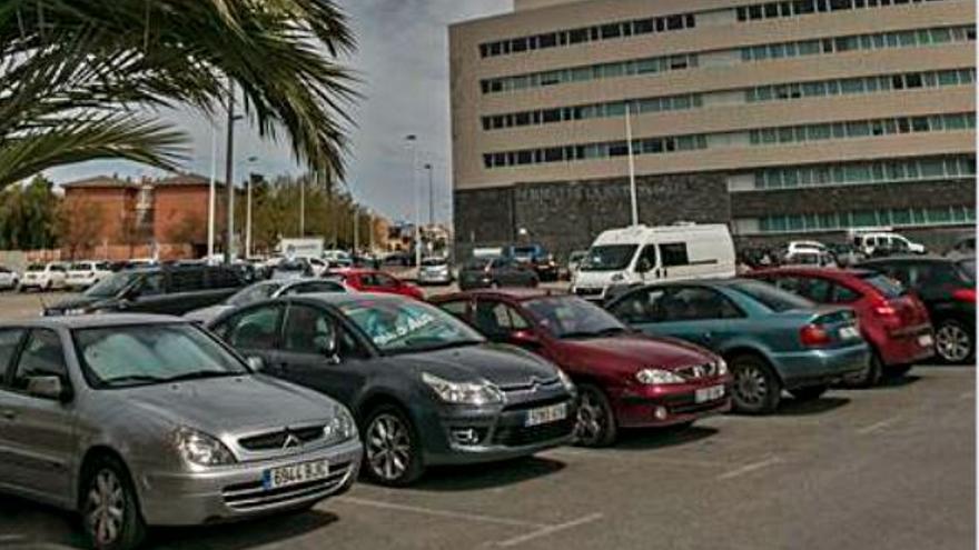 Los abogados firman un convenio para aparcar en el Hospital camino de los juzgados