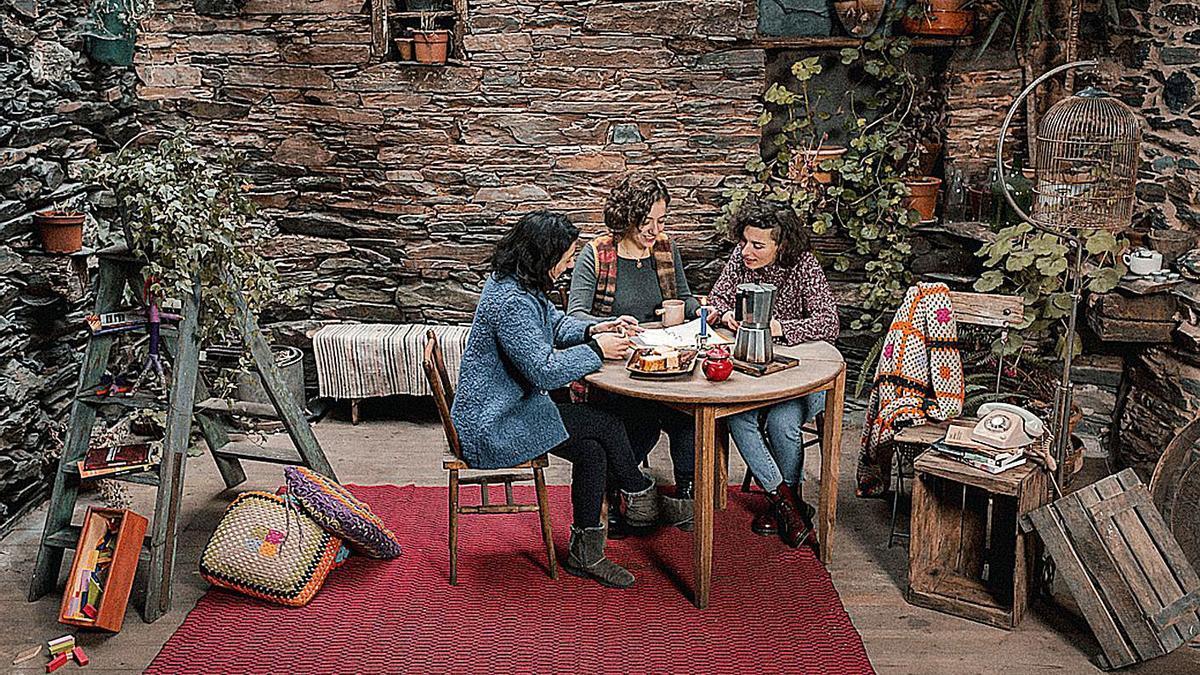 Paula Carrera, Araceli Macías y Tania Sánchez, en una fotografía de su nueva empresa.     // FDV
