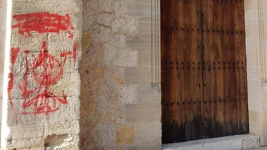 Pollença obliga a unos jóvenes a pagar la limpieza de unas pintadas que habían hecho en la iglesia