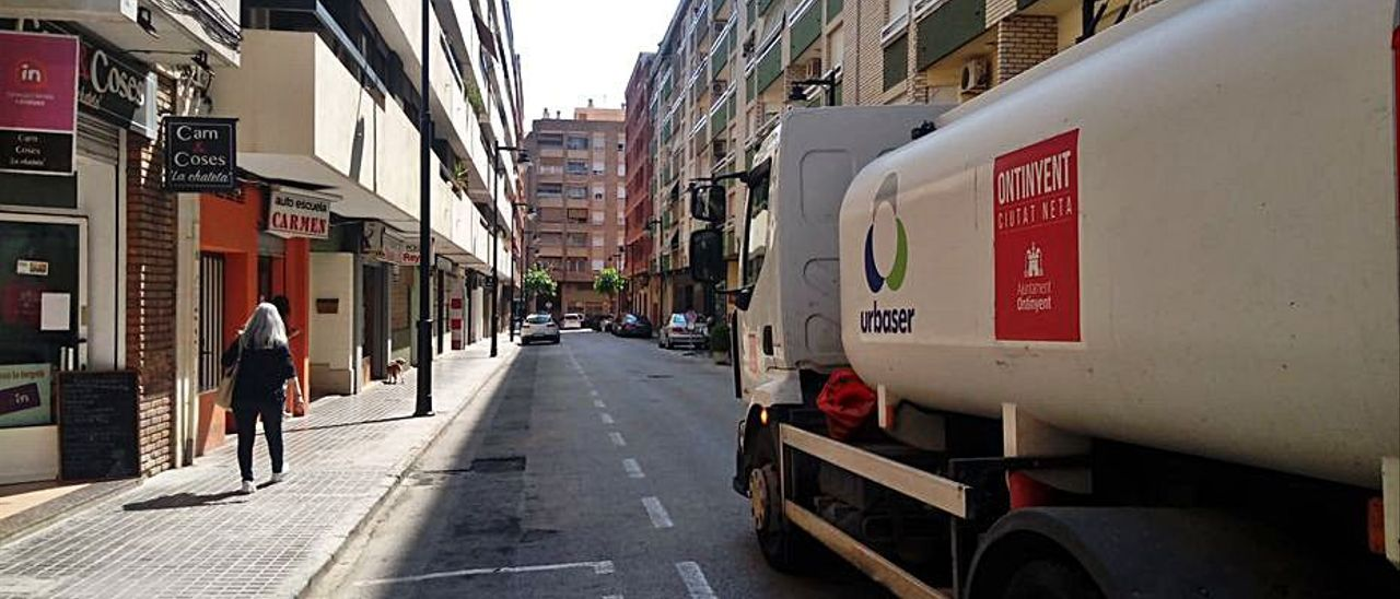 Camión de limpieza en una calle de Ontinyent   LEVANTE-EMV