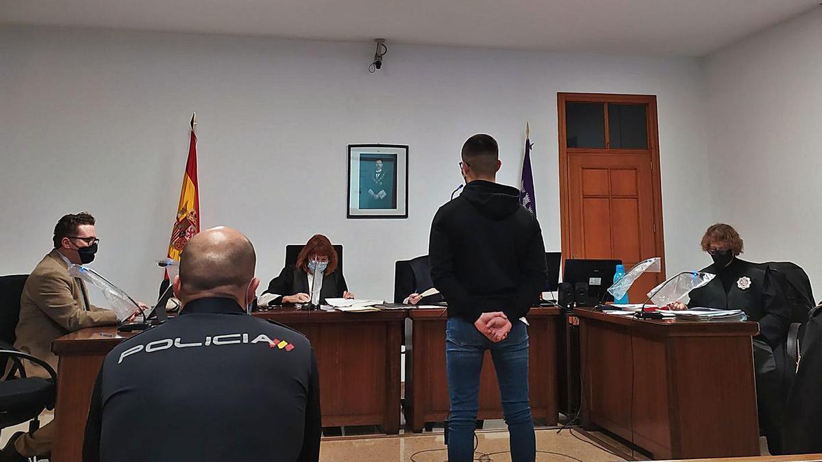 El joven condenado por el atraco, durante el juicio celebrado en Palma.