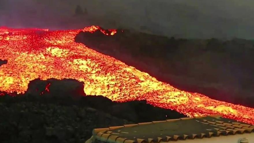 El volcán sigue a plena potencia tras un mes de devastación de La Palma sin precedentes