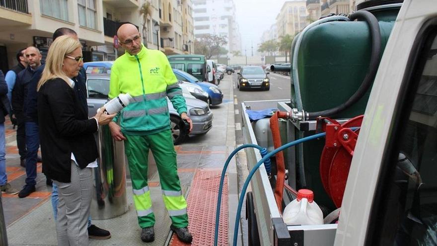 Fuengirola extiende el baldeo con olor a pino a todas las calles del municipio