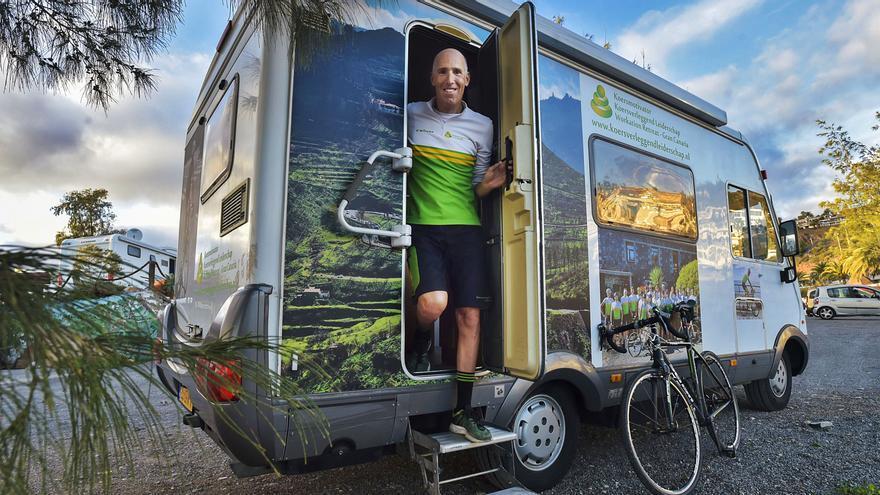 Un ciclista, con Gran Canaria por Europa