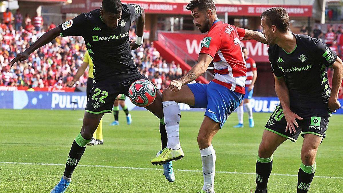 Álvaro Vadillo controla un balón en un encuentro con el Granada frente al Betis.
