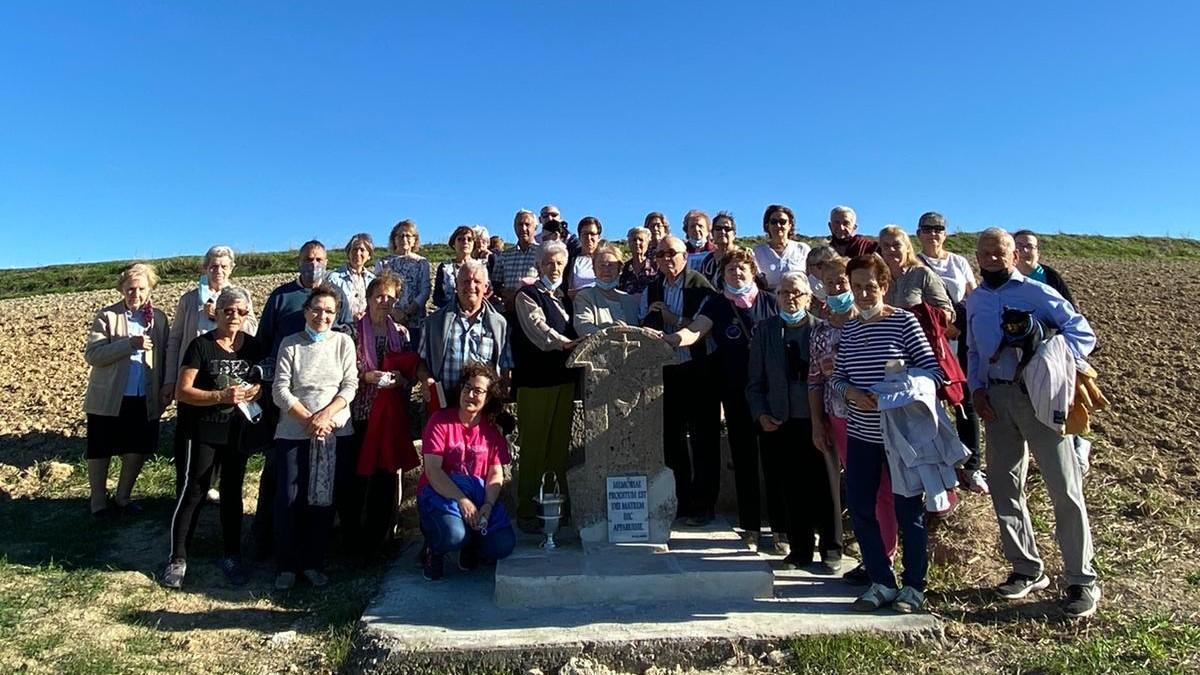 Vecinos de Vezdemarbán posan junto al monolito y la placa