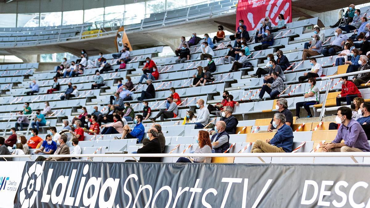 La afición del Bada Huesca en el Palacio de los Deportes.