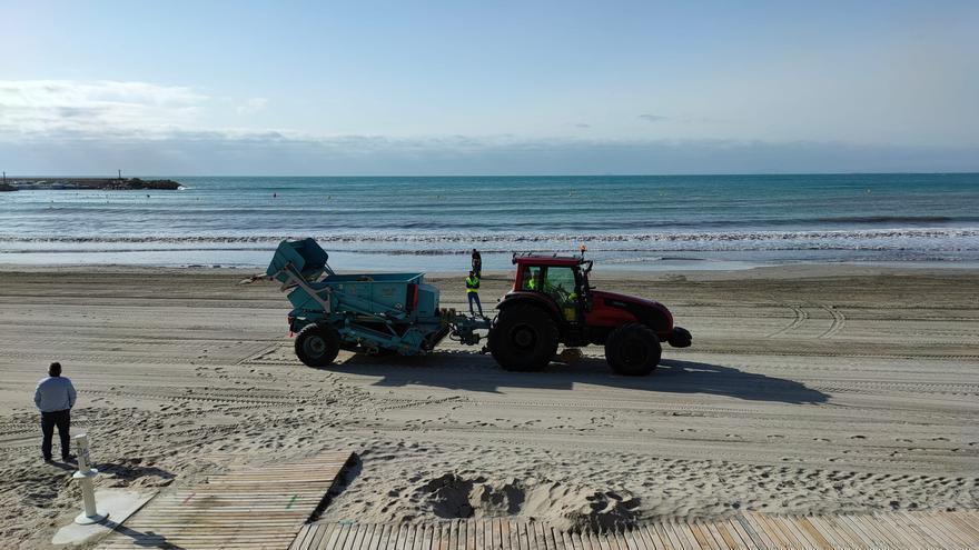 Orihuela intensifica la limpieza de playas
