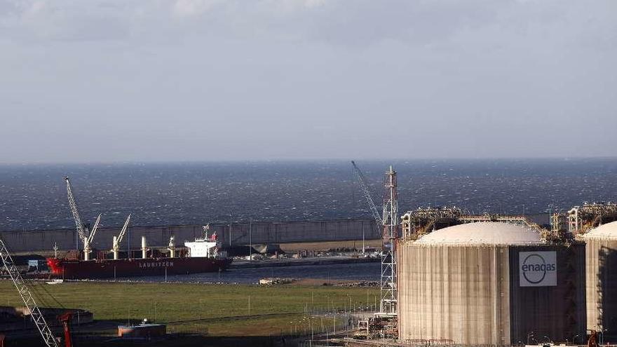 Las regasificadoras españolas rechazan diez barcos al mes al encontrarse saturadas