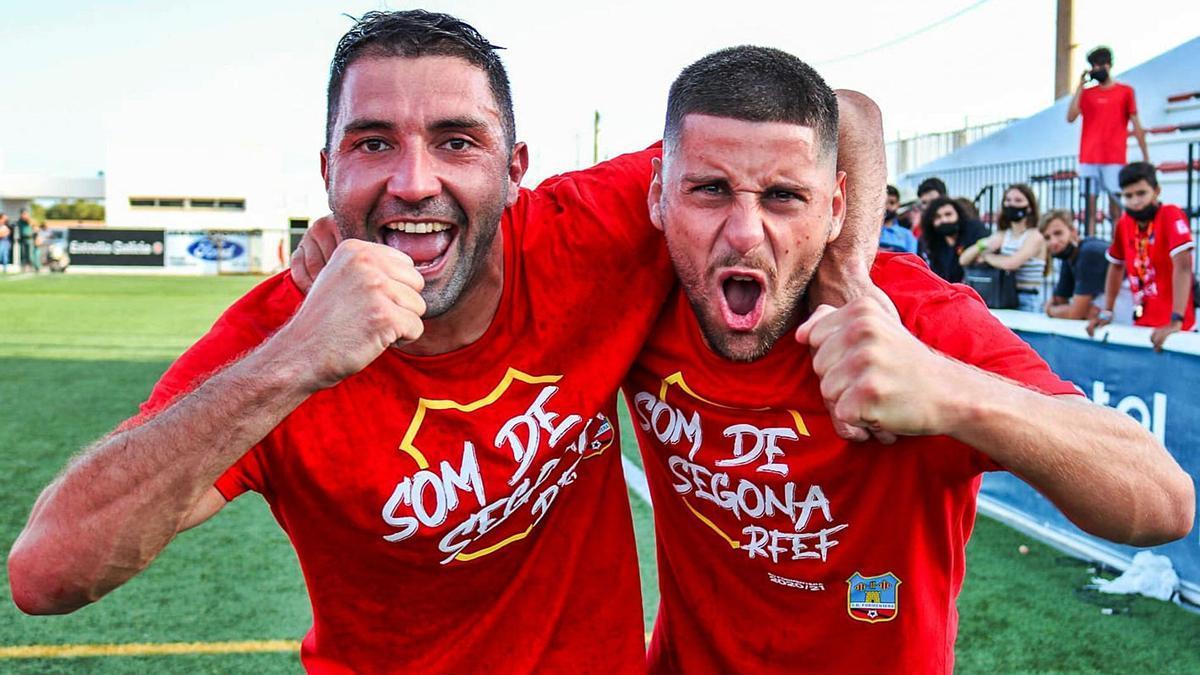 Iago Beceiro, a la izquierda, celebra sobre el césped el ascenso a Segunda RFEF logrado con el Formentera.    // CEDIDA POR IAGO BECEIRO