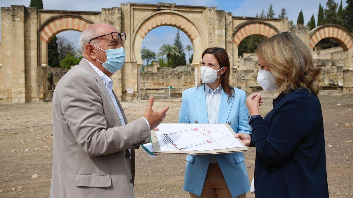 Antonio Vallejo, Cristina Casanueva y Macarena O'Neill observan los planos de la excavación.