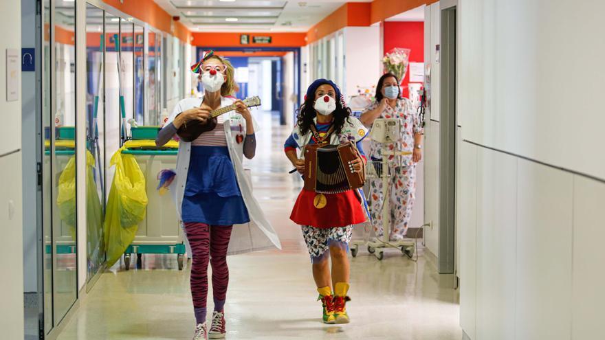 Rumbo al servicio de Radiología de Ibiza con un par de payasas
