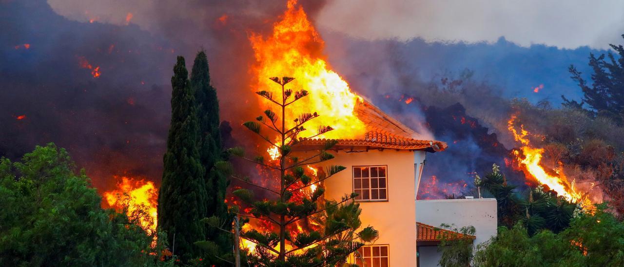 Una casa arde por efecto de la lava del volcán en La Palma
