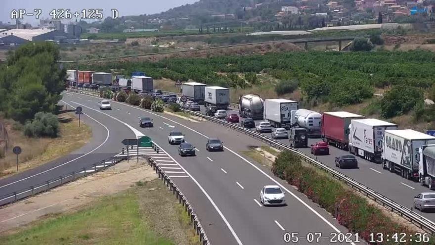 Un accidente por alcance y el cierre de un carril generan retenciones en la autopista AP-7 en Castelló