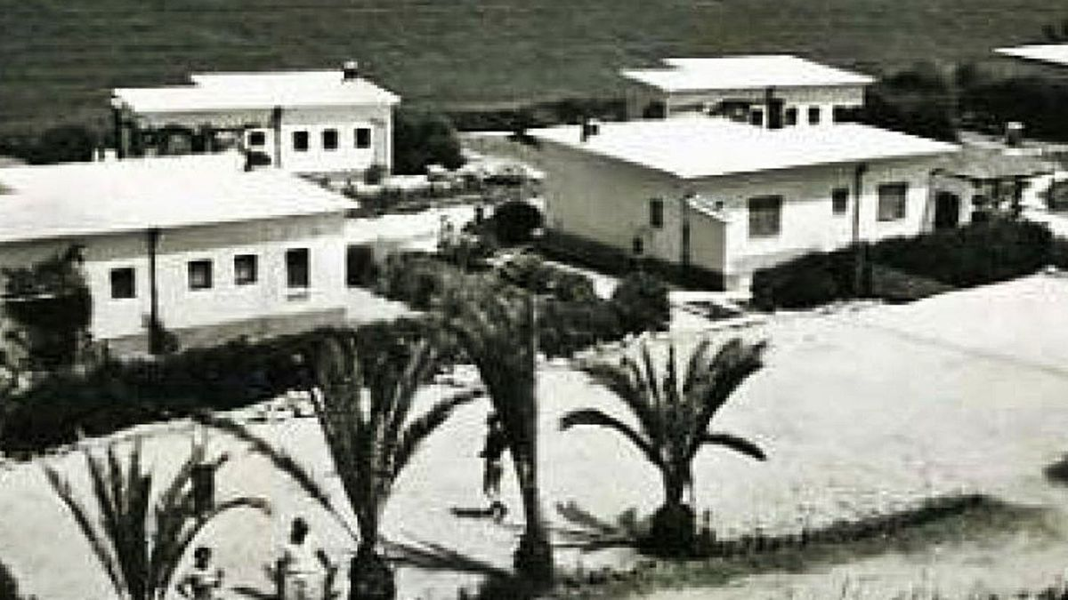 A la izquierda, el complejo Bremer, construido por un antiguo jerarca nazi en Dénia, en los años cincuenta. A la derecha, la fachada principal en la actualidad.   ARXIU DE DÉNIA / A. RUIZ