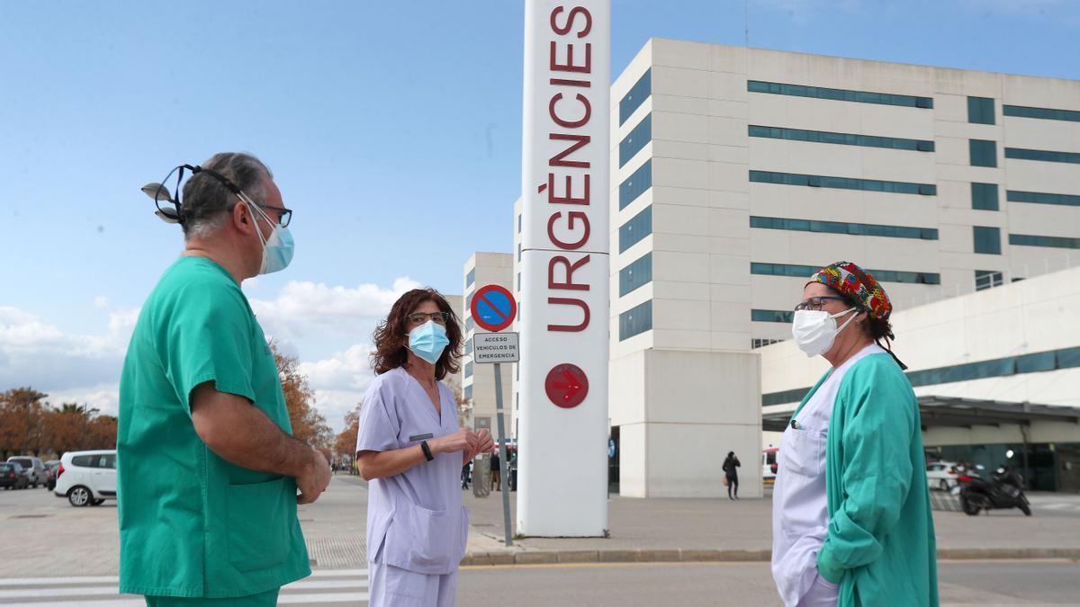 Sanitaris, durant un descans, a la porta d'Urgències de La Fe, a València.