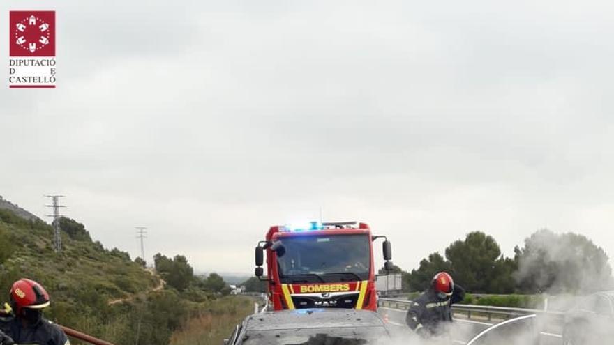 Un coche en llamas en plena AP7 a su paso por Orpesa