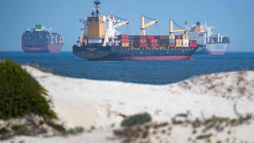 Nuevo susto en el canal de Suez por un fallo en el motor de un petrolero