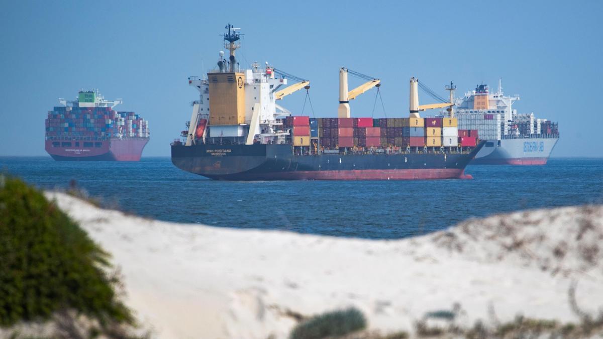 Buques fondeados en las proximidades del Canal de Suez.