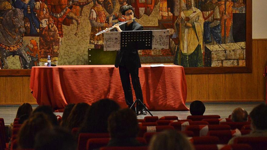 El zamorano Fernando Barba recorre los clásicos con la música de su flauta, en Benavente