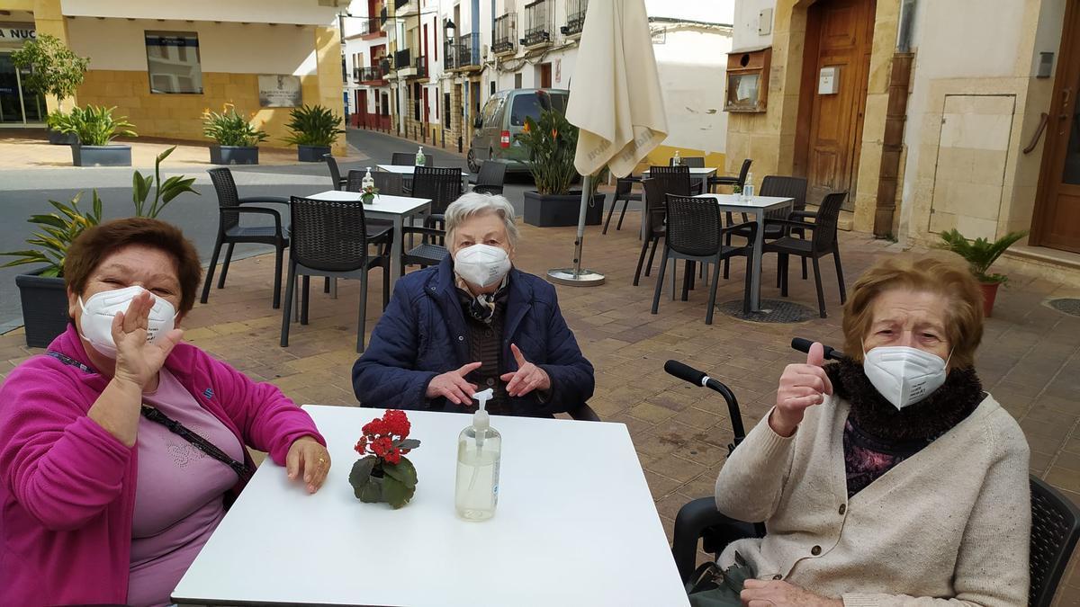 Los residentes de Savia La Nucía han tomado un aperitivo en la Plaça L'Almàssera