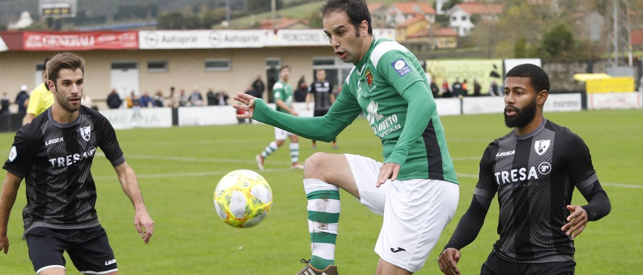 Pablo Prieto toca el balón en un Lealtad-Llanes.