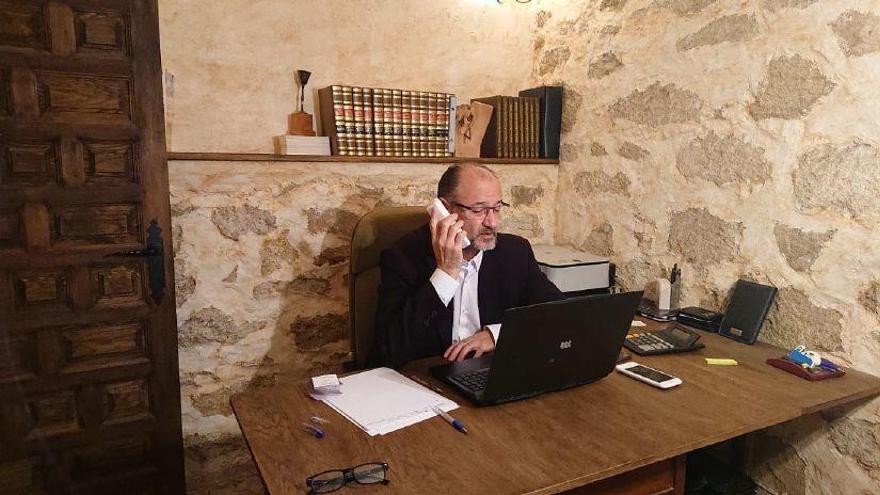 El presidente de las Cortes, Luis Fuentes, durante una videoconferencia.