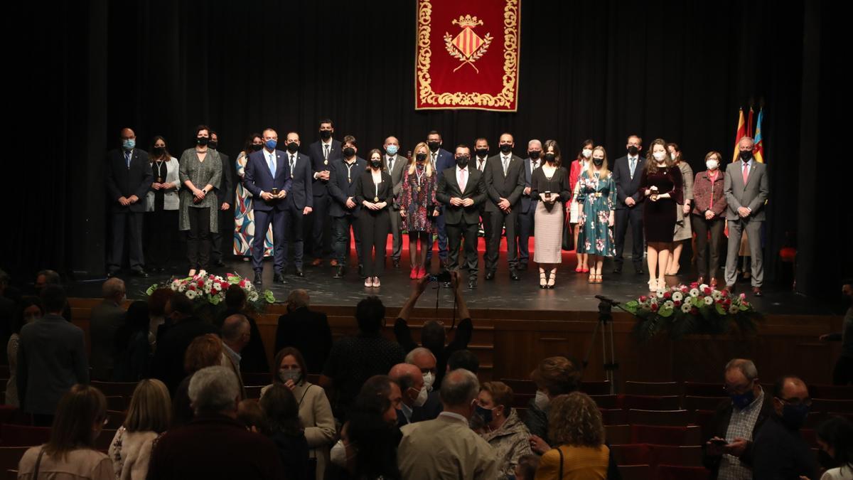 Imagen de familias de los premiados y los representantes del Ayuntamiento en un acto celebrado, acorde a los protocolos sanitarios actuales, en el Auditorio Municipal Músico Rafael Beltrán Moner.