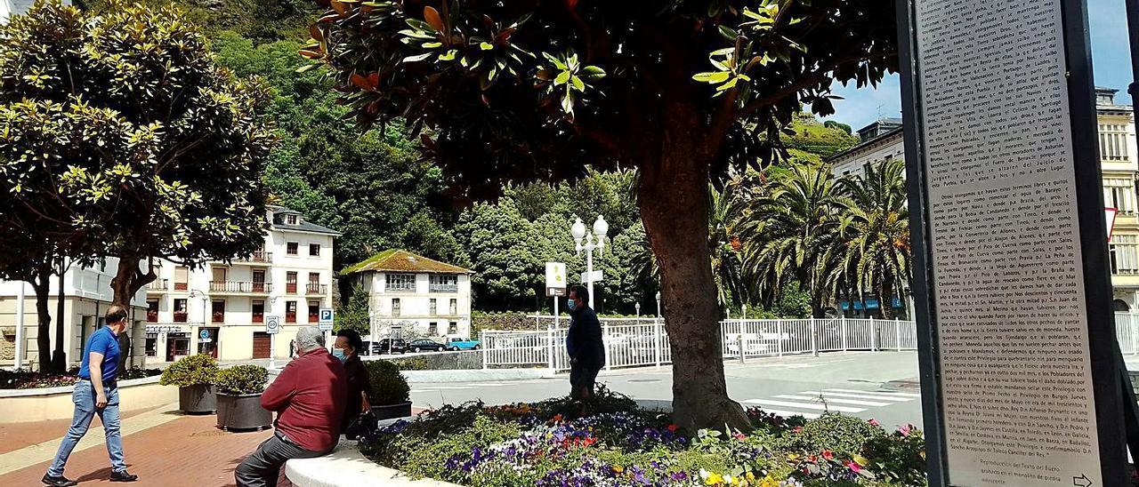 A la derecha, el panel donde se reproduce el fuero de Luarca, en la plaza Alfonso X el Sabio. | A. M. Serrano
