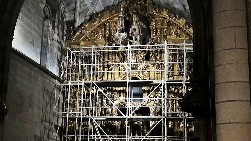 El retablo del altar mayor de la excolegiata de Cangas, afectado de carcoma