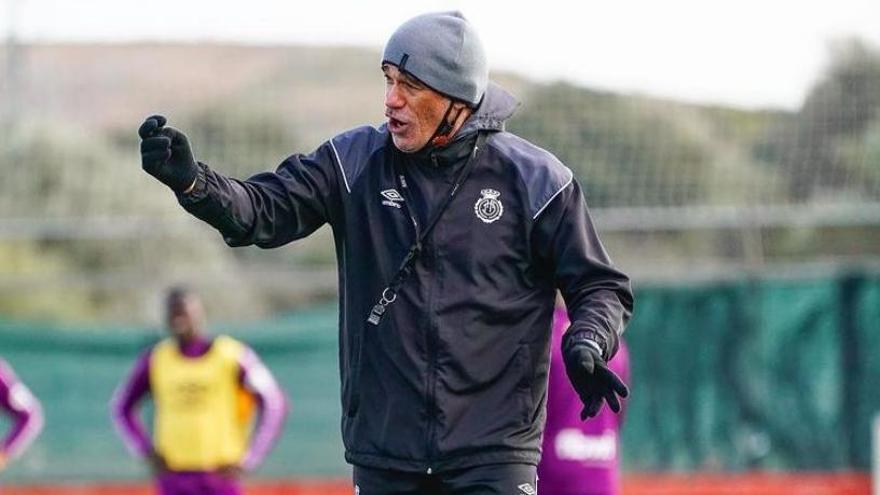 Luis García da indicaciones a sus jugadores en un entrenamiento reciente.