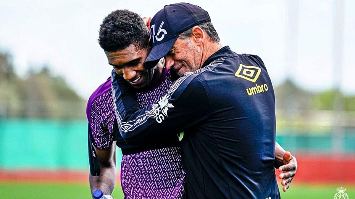 Luis García abraza a Murilo en un entrenamiento en la Ciudad Deportiva.
