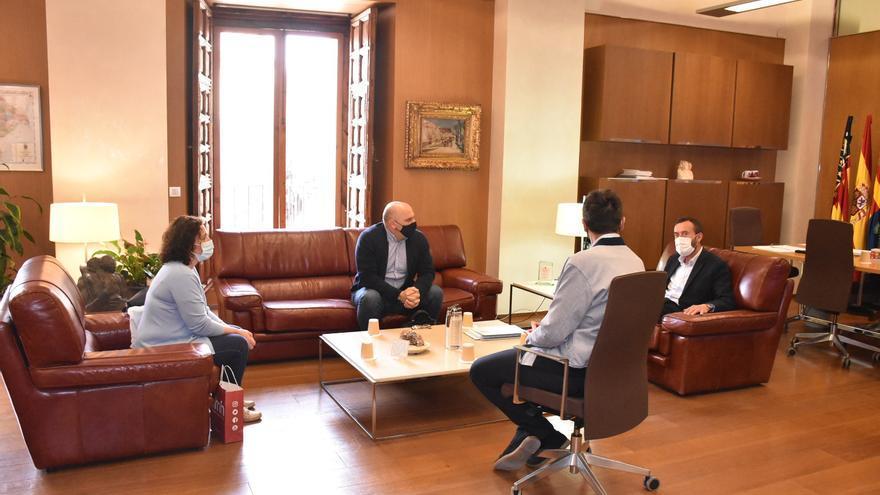 El alcalde de Elche se reúne con los sindicatos con una agenda cargada de problemas