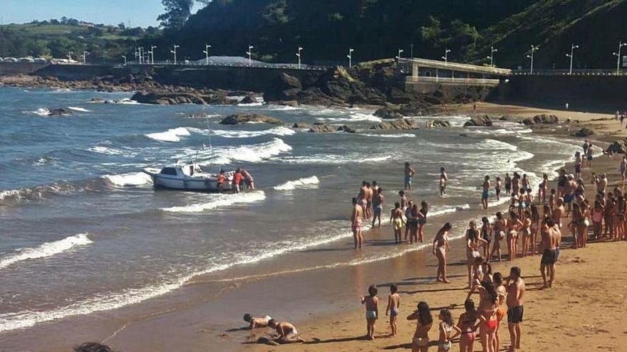 Un barco averiado obliga a sacar del agua a los bañistas de Candás