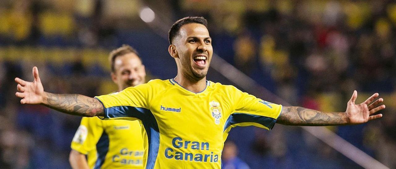 El mediapunta del Beijing Guoan Jonathan Viera Ramos, durante su etapa de amarillo en noviembre de 2019, celebra un tanto al Real Oviedo en el estadio de Gran Canaria. Detrás, Javi Castellano.   