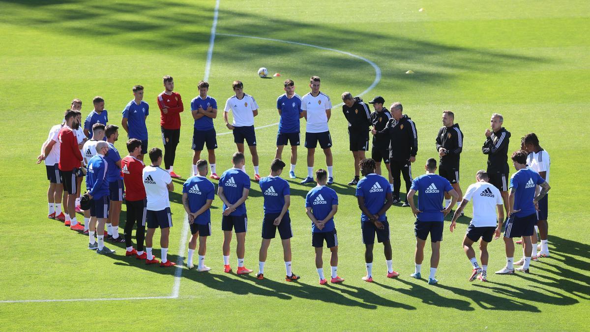 Lasure, a la izquierda del círculo junto a Cristian, escucha junto al resto de sus compañeros a JIM antes del entrenamiento.