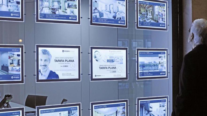 La compra de vivienda registró en abril una caída récord del 71,3%, según los notarios